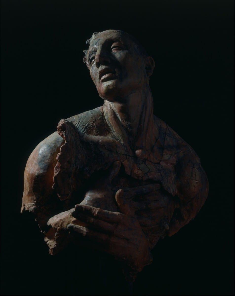 Javier Hinojosa, Santo, Santo, Santo, barro de Oaxaca y Zacatecas con engobes, 95 x 65 x 32 cm, 1992 © de el estudio del artista
