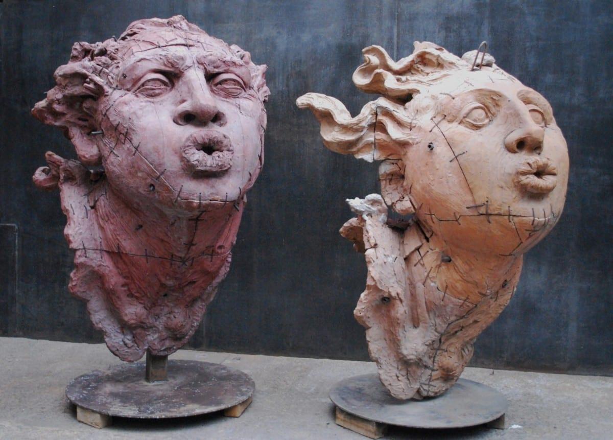 """Cabeza de Hombre """"Soplador Grande,"""" 180 x 140 x 140 cm, Cabeza de Mujer """"Sopladora Grande"""", 190 x 130 x 110 cm, barro de Oaxaca y Zacatecas con engobes, 1996 © de el estudio del artista"""