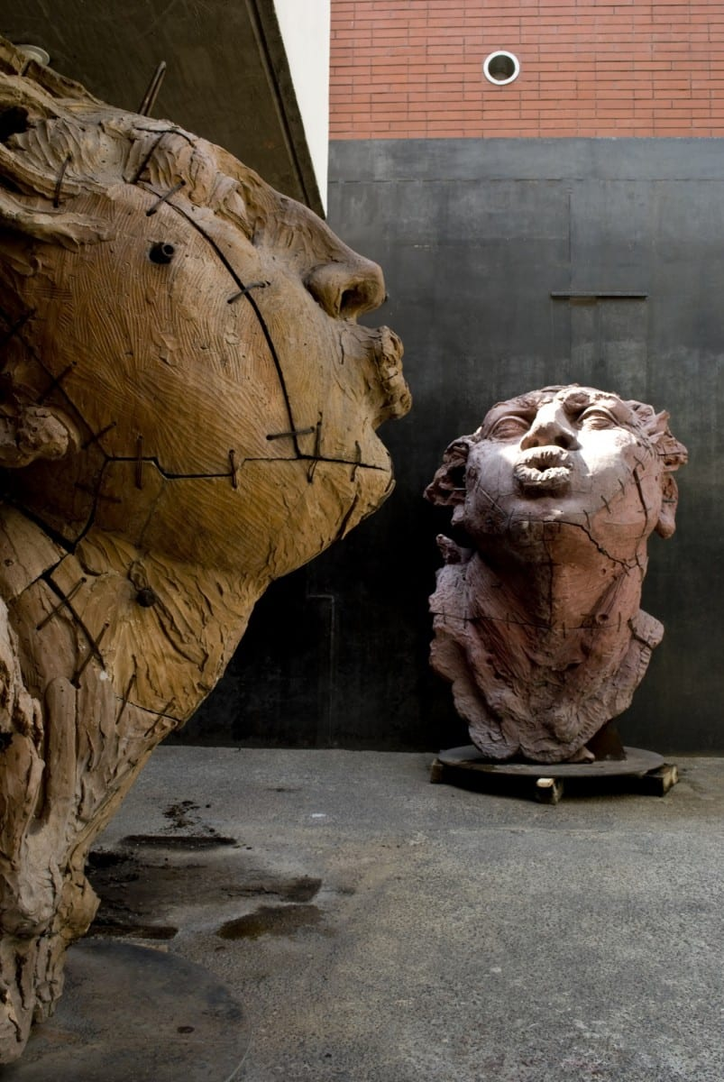 """Cabeza de Hombre """"Soplador Grande"""" (Detalle), 180 x 140 x 140 cm, Cabeza de Mujer """"Sopladora Grande"""" (Detalle), 190 x 130 x 110 cm, barro de Oaxaca y Zacatecas con engobes, 1996 © de el estudio del artista"""