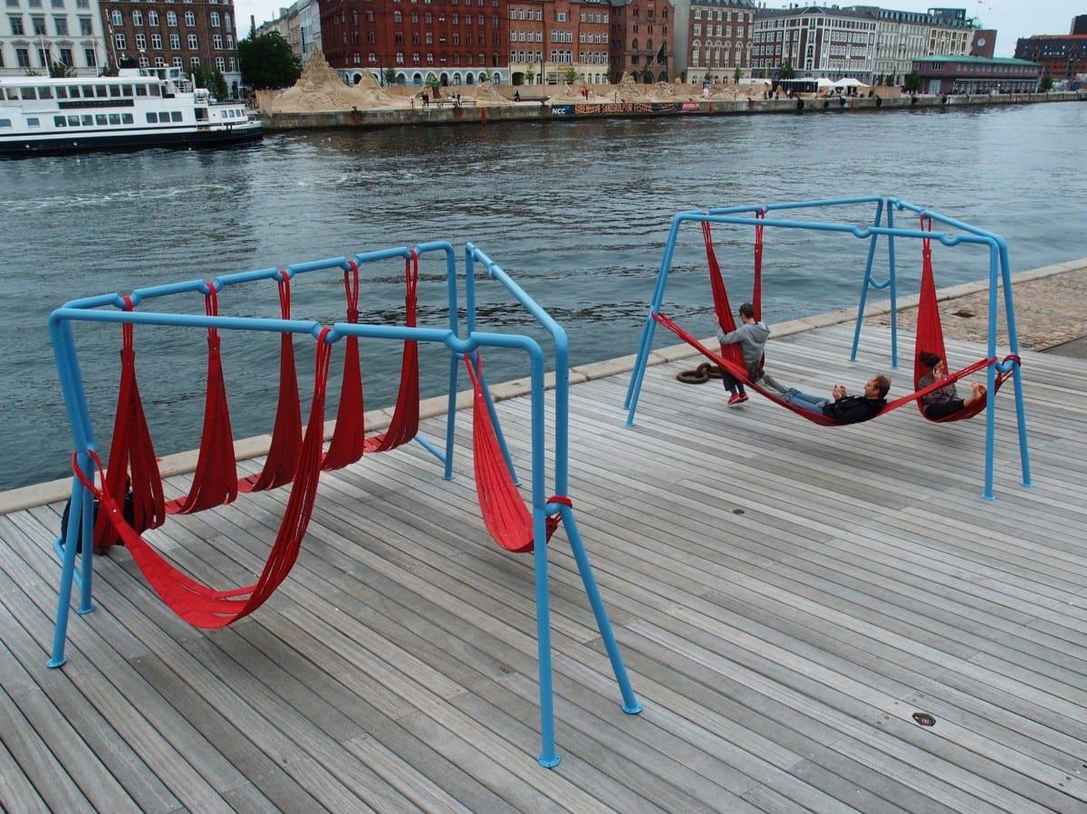 The Off-ground installation shows a different approach to the way public space is perceived and used, basing the design on a true and banal need, but implementing a solution that is functional and playful.