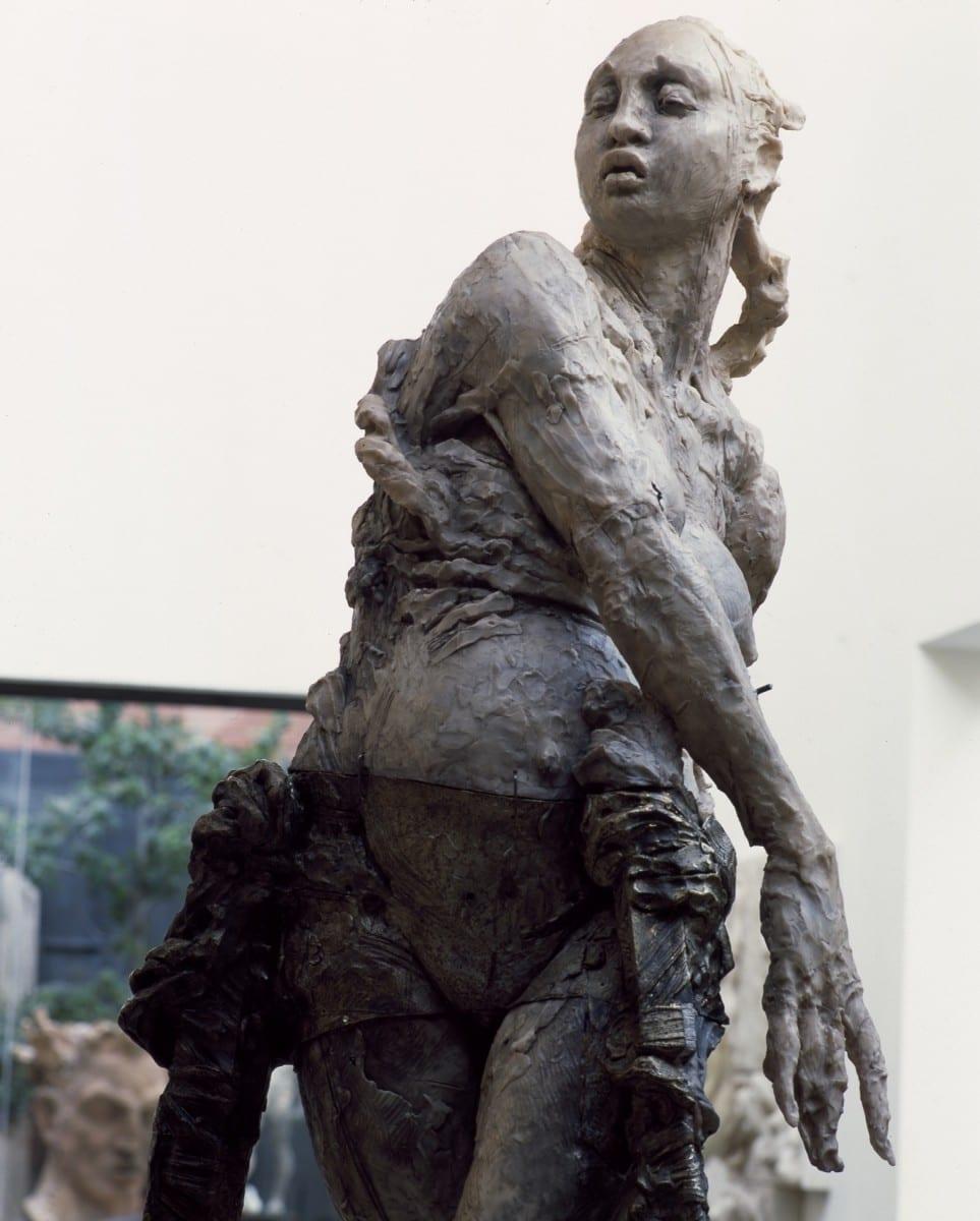 Víctor Benítez, Mujer de Pie (Pistola con Pies de Mujer Varilla) (Detalle), bronce a la cera perdida, 75 x 55 cm, 1992 © de el estudio del artista
